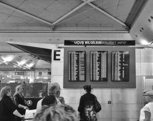 """El panel de vuelos en la zona de """"salidas"""", donde uno de las bombas explotó."""